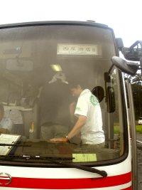 バスに乗り込む松井さん